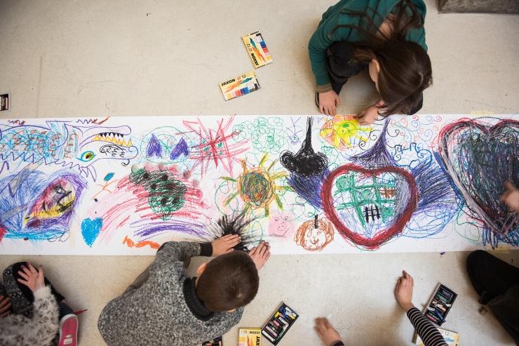 Schüler*innen zeichnen direkt in den Ausstellungsräumen im Arnulf Rainer Museum, Foto: Markus Werlich © Arnulf Rainer Museum